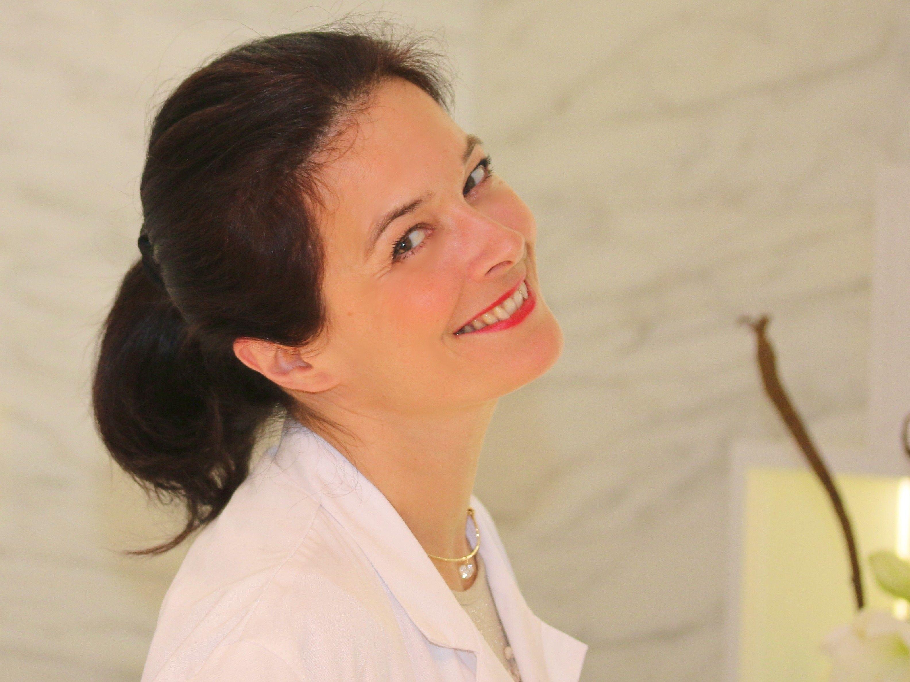 Aurélie est la secrétaire de direction du cabinet du Dr Alexandre Marchac