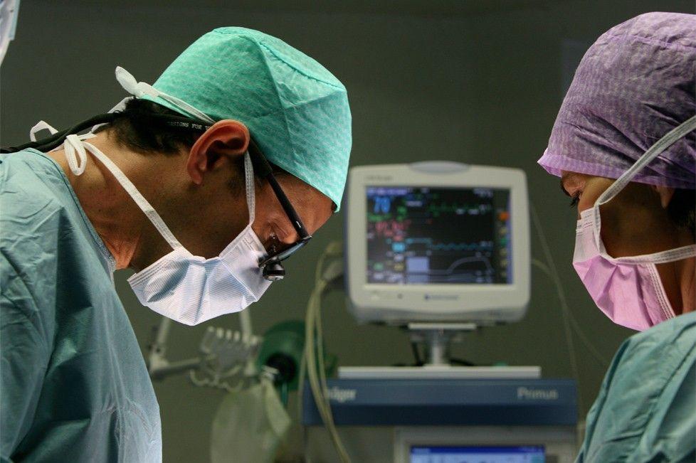 Le Dr Marchac, chirurgien plastique et esthétique, dans sa salle d'opérations