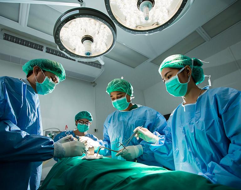 Chirurgie réparatrice du visage après une attaque de singes Bonobos